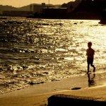 夕焼けの砂浜を走る