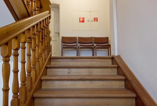 警察署の階段で西を力石と間違える